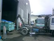 回収用のコンテナを定期的に運搬